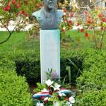 Cvijece-pred-bistom-Vladimira-Nazora